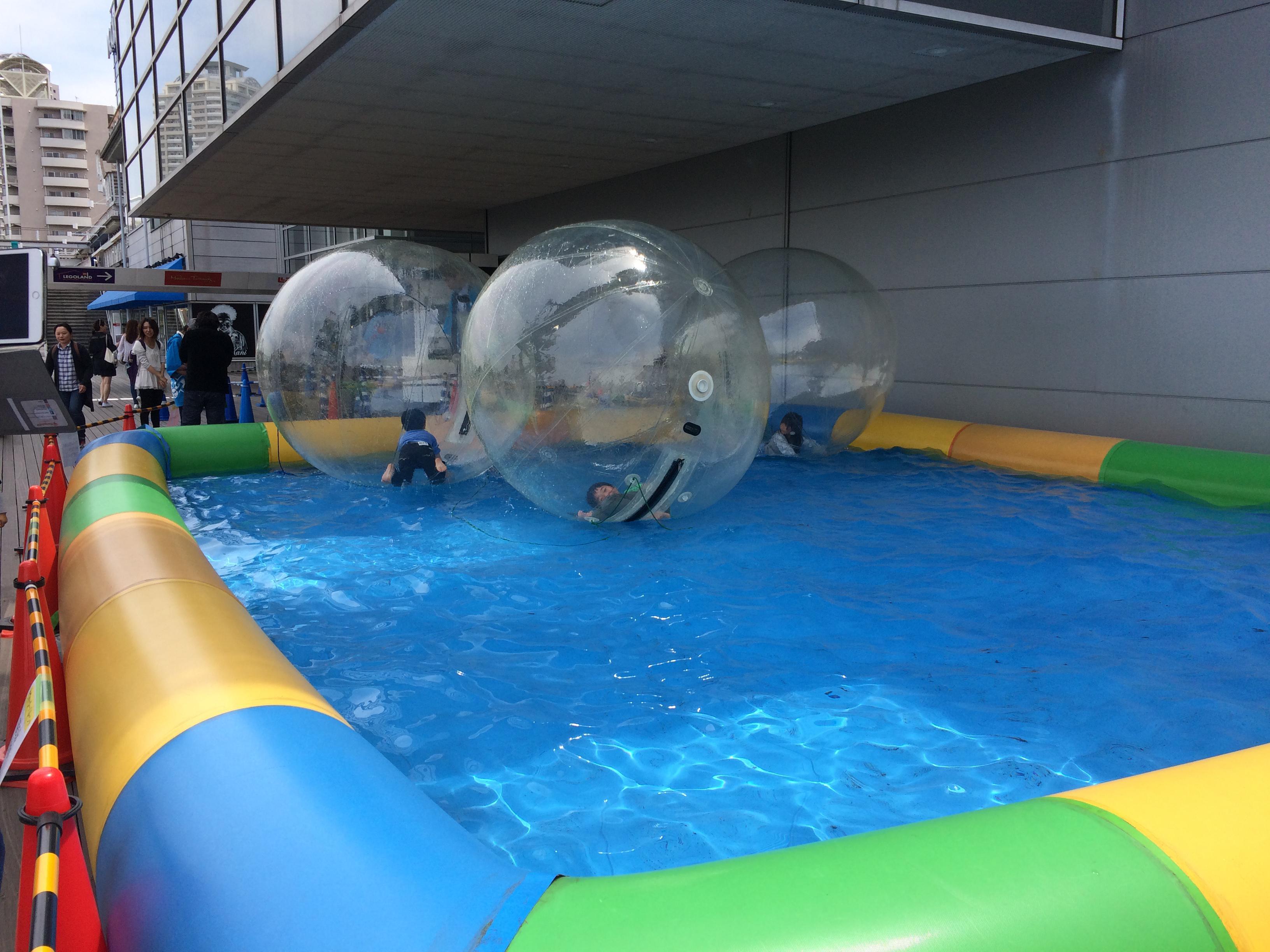 ボールの中に入って、水の上で遊ぶ体験型バルーンが登場!